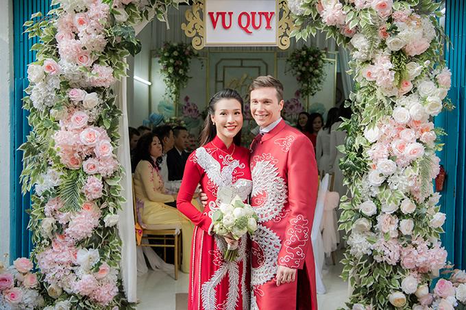 Khi gặp gỡ ekip trang trí, cô dâu Hoàng Oanh đã bày tỏ ý muốn trang hoàng tư gia hướng đến sự sang trọng, truyền thống. Dựa trên đề bài này, ekip tư vấn Hoàng Oanh tô điểm không gian với sen trắng, hồng, phối cùng hoa hồng.