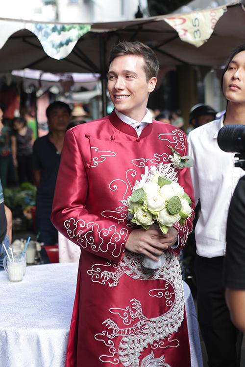 Tấm áo dài nam được may từ chất liệu vải tafta đứng dáng.