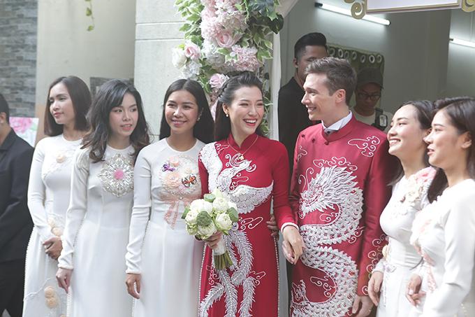 Cặp áo của uyên ương mang tông đỏ bordeaux - sắc màu mà Hoàng Oanh yêu thích, tượng trưng cho tình yêu son sắt, thủy chung.