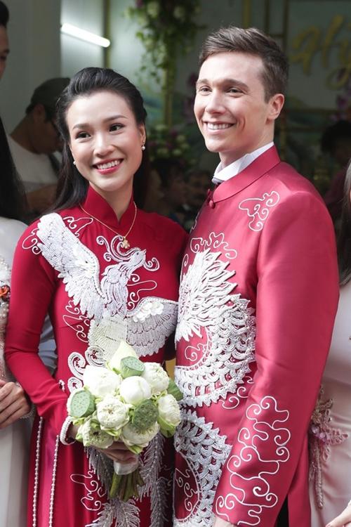 Sáng 1/12, Á hậu Hoàng Oanh và chú rể Jack Kevin Cole đã tổ chức lễ vu quy tại TP HCM. Dù là người Mỹ nhưng Jack nhập gia tùy tục, diện áo dài đôi với cô dâu trong ngày trọng đại.