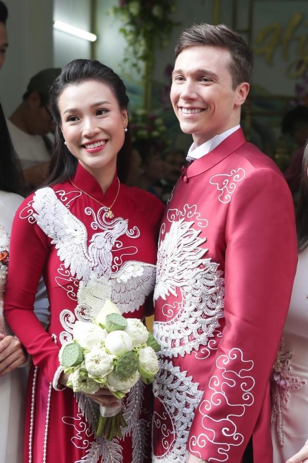 Hoàng Oanh và chồng dành thời gian chụp ảnh sau khi làm lễ.