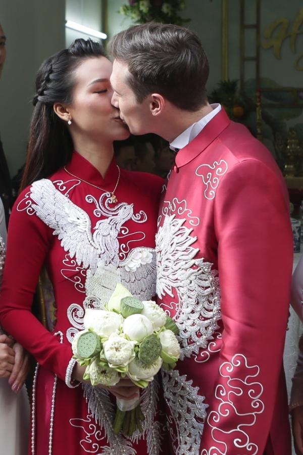 Cặp đôi dành cho nhau nụ hôn ngọt ngào trong ngày nên duyên vợ chồng.