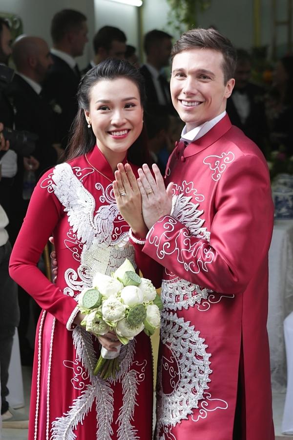 Họ cùng khoe nhẫn cưới.