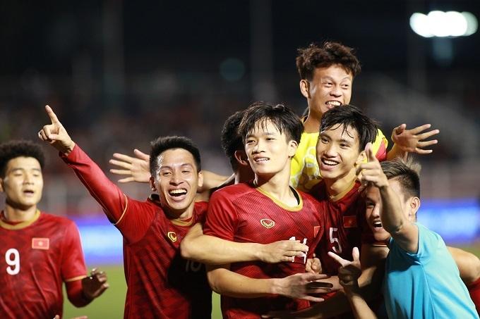 Các cầu thủ Việt Nam mừng bàn thắng ở phút bù giờ. Ảnh: Lâm Thỏa.