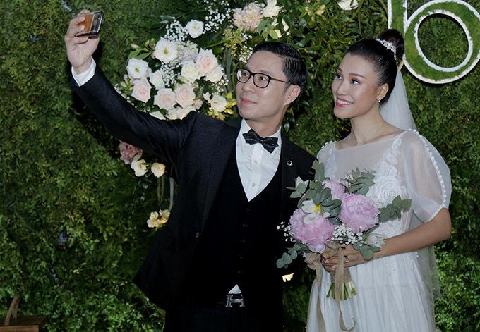 MC Anh Quân tranh thủ selfie với cô dâu.