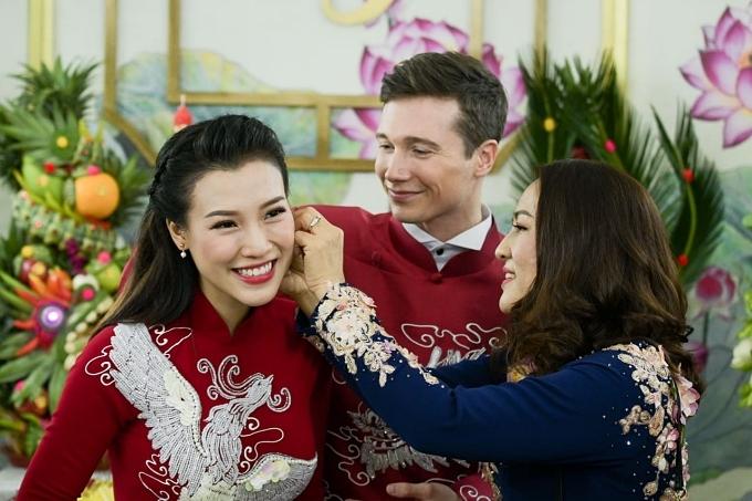 Mẹ Hoàng Oanh trao cùa hồi môn. Bà vui mừng khi con gái tìm được bến đỗ hôn nhân bên chồng Tây sau hơn hai năm tìm hiểu.
