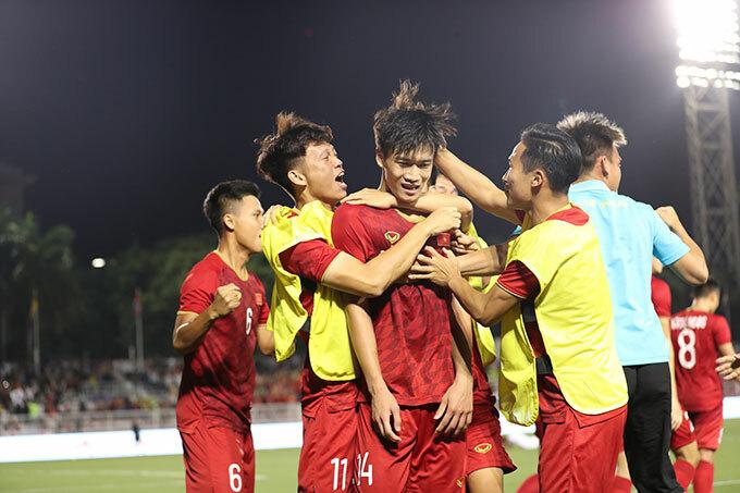 Trong trận đấu cùng bảng B diễn ra trước đó vài giờ, Thái Lan vượt qua Singapore với tỷ số 3-0. Vào 19h ngày 3/12, VIệt Nam sẽ đá lượt trận thứ tư gặp Singapore và sau đó hai ngày gặp Thái Lan.