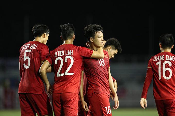 Thành Chung trong vòng tay các đồng đội khi chia vui mừng bàn gỡ hòa.