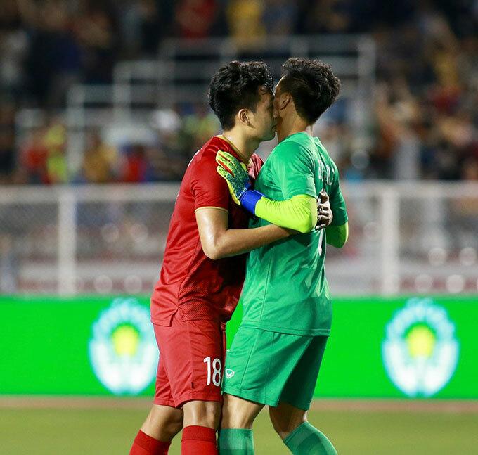 Thành Chung ôm động viên đồng đội vì trong hiệp một Bùi Tiến Dũng mắc sai lầm dẫn tới bàn thua của U22 Việt Nam. Thủ thành CLB Hà Nội bắt bóng không dính trong tình huống treo bóng vô hại của đối thủ và phải vào lưới nhặt bóng sau cú đánh đầu bồi của tiền đạo Rizki Fauzi bên phía Indonesia.