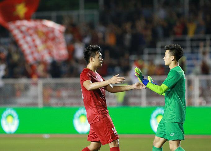Ngay sau đó, trung vệ 22 tuổi chạy về khung thành ăn mừng với thủ môn Bùi Tiến Dũng, đồng đội ở CLB Hà Nội.