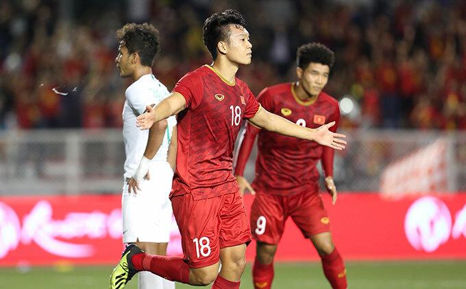 Sau hiệp một bị Indonesia lấn lướt, các cầu thủ Việt Nam thi đấu khởi sắc hơn với điều chỉnh nhân sự từ thầy Park. Phút 64, xuất phát từ pha đá phạt góc của Hùng Dũng, trung vệ Thành Chung đánh đầu ngược trở lại khung thành tung lưới thủ môn Nadeo.