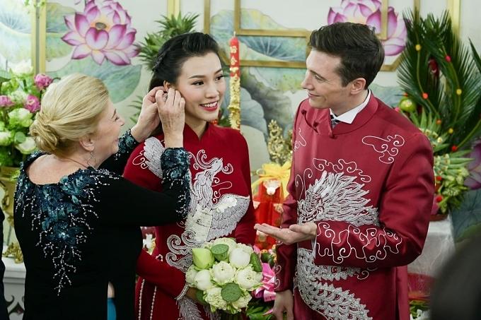 Mẹ chồng Hoàng Oanh cũng chuẩn bị trang sức tặng con dâu trong ngày vui.