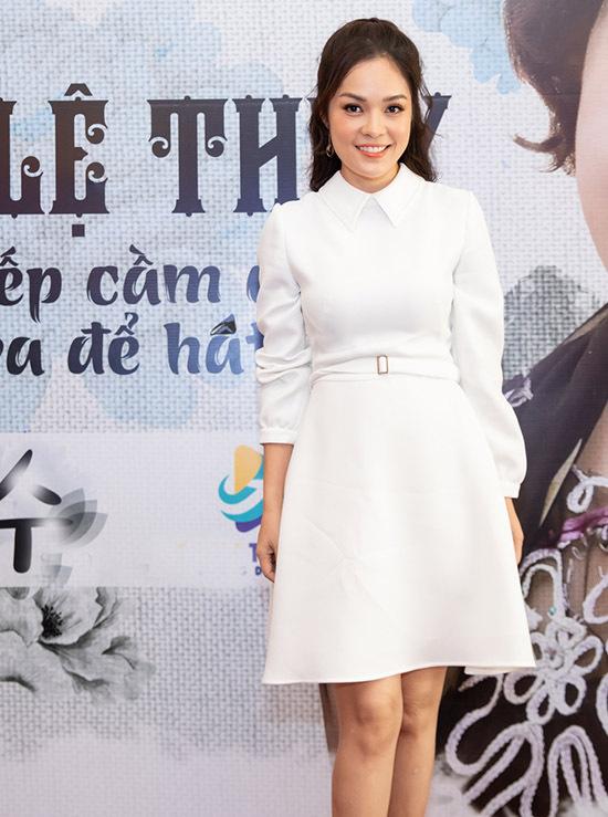 Diễn viên Dương Cẩm Lynh mặc thanh lịch, kín đáo đi sự kiện.