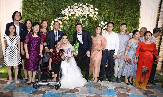 Gia đình nhà gái cũng có mặt đông đủ trong ngày vui của Hoàng Oanh.