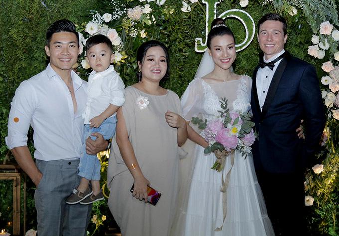 Gia đình Hồng Phượng - Quốc Cơ bế con trai đi ăn cưới đàn em.