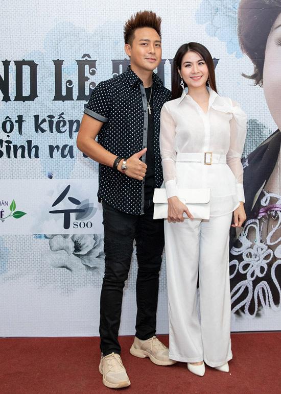 Vợ chồng Thanh Duy - Kha Ly tình cảm sánh đôi.