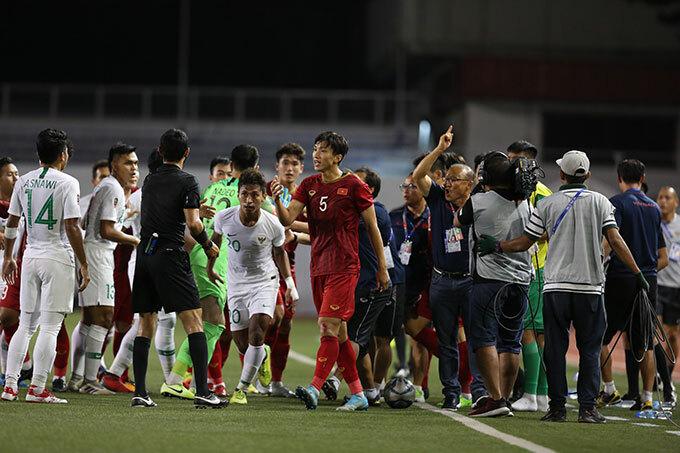 Nhà cầm quân người Hàn Quốc vẫn còn tức giận khi trọng tài gọi Văn Hậu và cầu thủ Indonesia ra nhắc nhở.