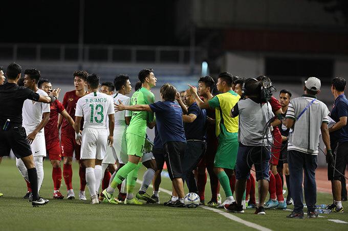 Thầy Park đứng giữa ngăn Thành Chung và thủ môn Indonesia không lao vào nhau ăn thua.