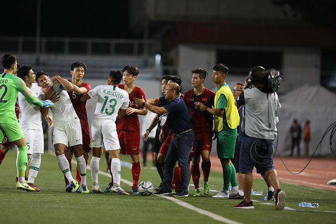 Vụ va chạm thêm lộn xộn khi Văn Hậu nổi nóng lao vào xô đẩy một cầu thủ Indonesia.