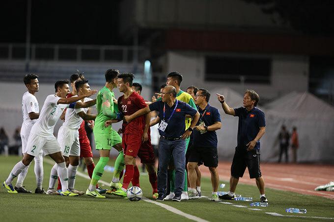 Nhà cầm quân người Hàn Quốc có lúccố gắng can ngăn Tiến Linh khi thấy tình hình có vẻ căng thẳng giữa hai bên.
