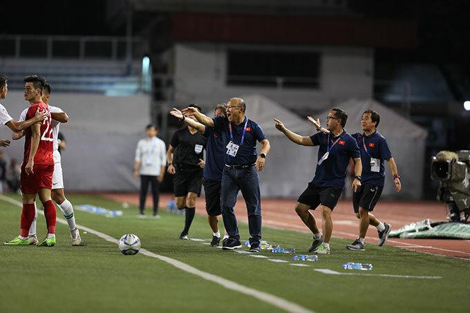 Chứng kiến Tiến Linh bị đối phương bắt nạt, HLV Park Hang-seo và trợ lý cũng nổi nóng lao ra sát đường biên.