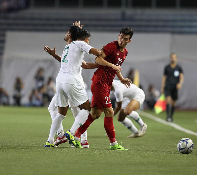 Tình huống va chạm diễn ra vài phút sau khi Thành Chung gỡ hòa 1-1 cho Việt Nam. Tiến Linh và một cầu thủ Indonesia tranh chấp bóng sau đó cự cãi quyết liệt.