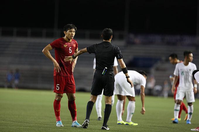 Trọng tài chỉ nhắc nhở Văn Hậu và không phạt thẻ các cầu thủ tham gia vụ cự cãi.