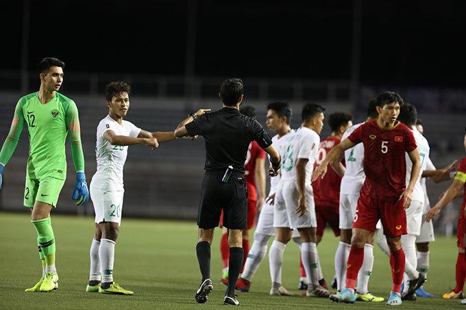 Va chạm giữa cầu thủ hai bên khiến trận đấu gián đoạn trong vài phút.