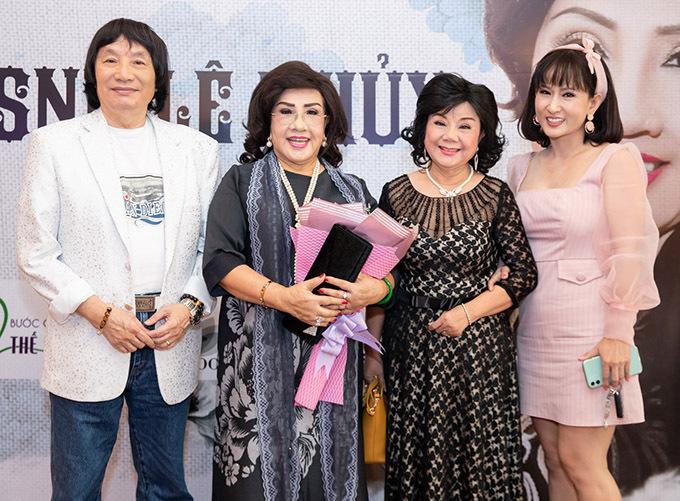 Nghệ sĩ Minh Vương (ngoài cùng bên trái) là bạn diễn ăn ý của Lệ Thuỷ trên sân khấu cải lương.