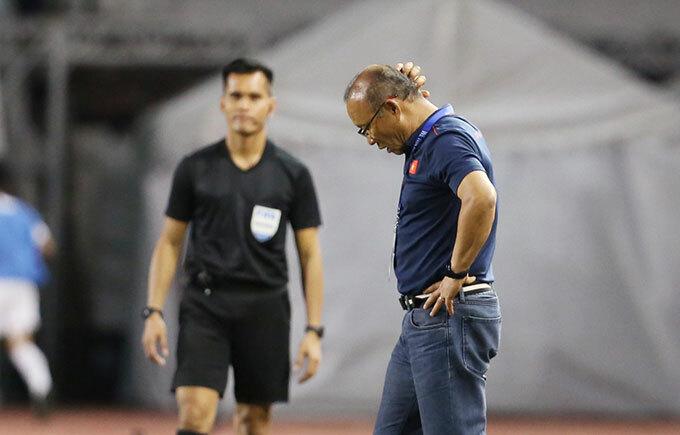 Trước đó trong hiệp một, khi Việt Nam bị thủng lưới trước HLV Park Hang-seo