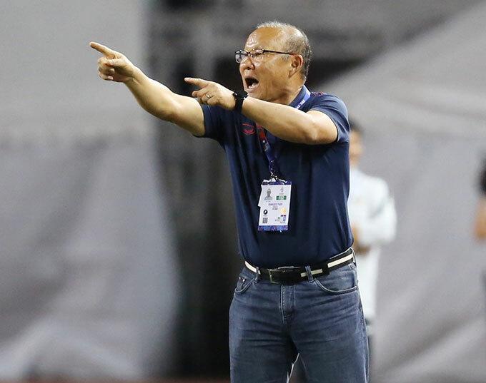 Sang hiệp hai, thầy Park tung Đức Chinh vào sân thay cho Tấn Tài.