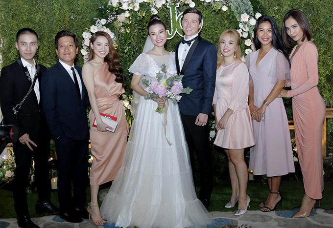 Cặp đôi nổi tiếng chụp ảnh cùng vợ chồng Hoàng Oanh và những người bạn.