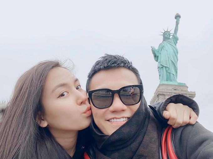 Ca sĩ Khắc Việt cùng bà xã - DJ Thanh Thảo - có những ngày ngọt ngào ở Mỹ: check in ở tượng Nữ thần tự do, quảng trường Thời đại... Đặc biệt, hai người còn có một bộ sưu tập hình ảnh hôn nhau ở các điểm du lịch nổi tiếng.