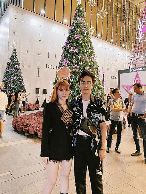 Ca sĩ Thu Thuỷ và ông xã cũng chọn du lịch đón Giáng sinh sớm. Vợ chồng cô đến thủ đô Kuala Lumpur (Malaysia) tận hưởng không khí sôi động, náo nhiệt ở các trung tâm mua sắm.
