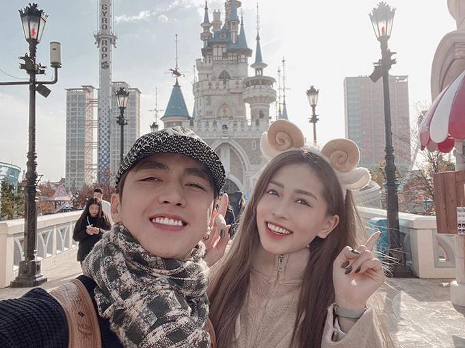 Á hậu Phương Nga và bạn trai Bình An cũng lựa chọn Seoul là điểm đến tháng 11. Đôi tình nhân trở về tuổi thơ ở khu Lotte World, sau đó đi ăn hải sản như cua huỳnh đế và thoả thích mua sắm ở Gangnam.