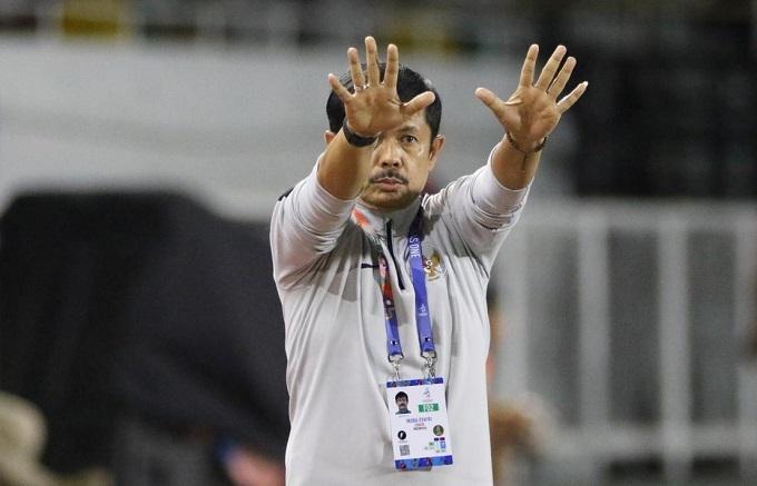 HLV của Indonesia chỉ đạo trong trận thua Việt Nam. Ảnh: Bola.