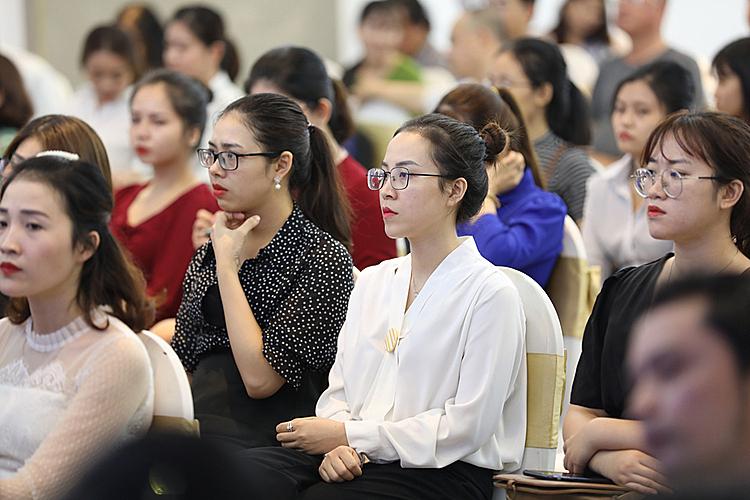 Bài nói chuyện của các diễn giả thu hút sự chú ý của người nghe.