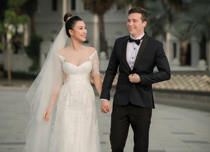 Hoàng Oanh hạnh phúc nắm tay chồng Tây trong ngày trọng đại. Đôi uyên ương tổ chức hôn lễ vào buổi chiều vì muốn đón ánh hoàng hôn lãng mạn.