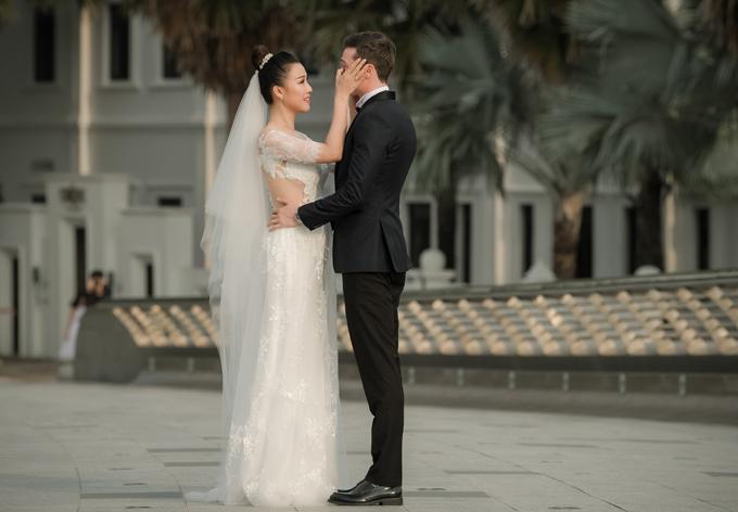 Họ đến sớm để cùng nhau đi dạo, chụp ảnh trước khi đón tiếp khách mời và thực hiện các nghi thức cưới.