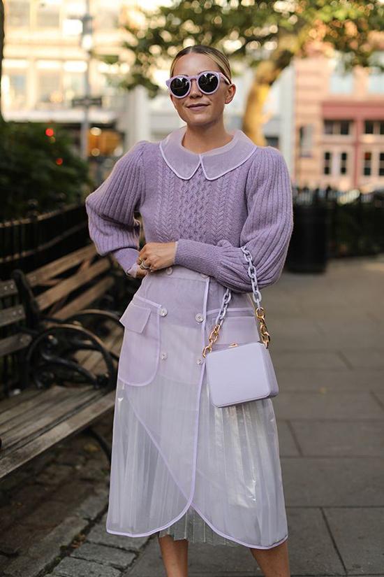 Nếu thích mặc nguyên set đồ tông tím khi thì phái đẹp nên sử dụng trang phục màu nhạt như pastel, tím xám khói, xanh tím...