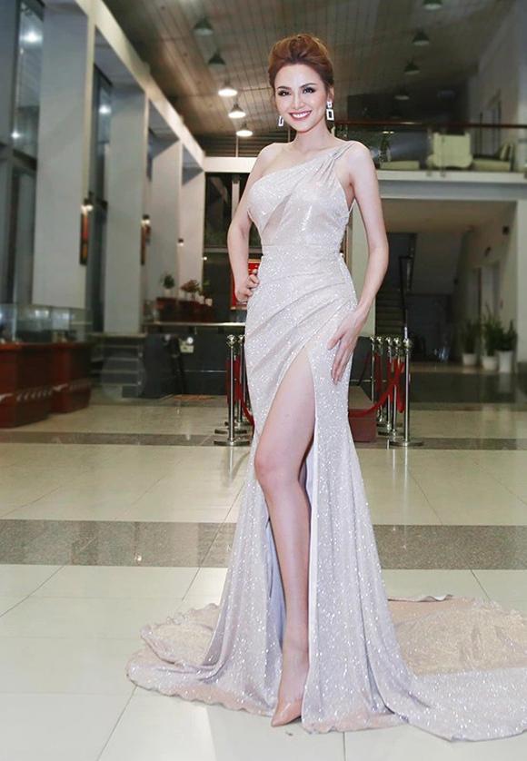 Anh cho rằng hoa hậu Diễm Hương khai thác lợi thế hình thể qua bộ đầm ôm sát với những đường draping khéo léo và chi tiết xẻ đùi khoe trọn đôi chân dài.