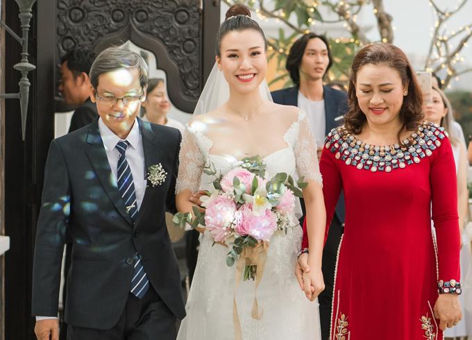 Hoàng Oanh được bố mẹ đưa vào lễ đường.