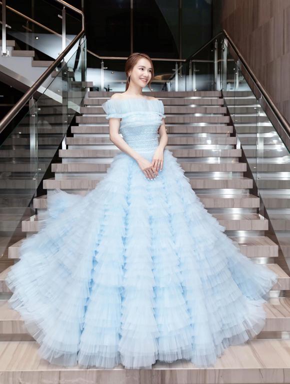 Nam stylist hết lời ca ngợi diện mạo của Nhã Phương: Tôi muốn thốt lên: Cô ấy chính là nàng Cinderella trong cổ tích. Xiêm y mà anh Lê Thanh Hòa dành riêng cho Phương vô cùng vừa vặn, tinh tế và ngọt ngào đến nỗi ai nhìn cũng muốn nâng niu nàng công chúa này. Váy bồng xòe là một trong những xu hướng thiết kế được sao Việt lẫn quốc tế ưu ái nhất gần đây, và Lê Thanh Hòa đã tạo ra một tác phẩm mang đậm dấu ấn của mình.