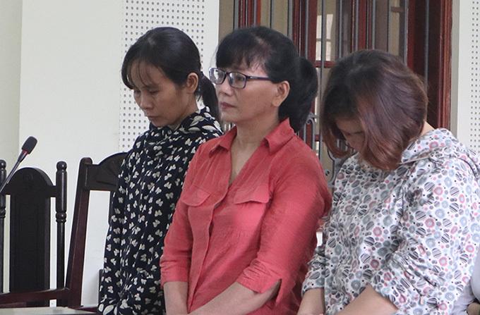 Ngô Thị Oanh (áo đỏ, ở giữa) cùng Hằng và Thúy tại tòa.