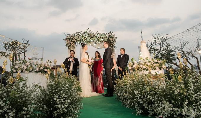 Đám cưới của cô diễn ra ngoài trời, trong không gian được trang trí lãng mạn với gam trắng chủ đạo.
