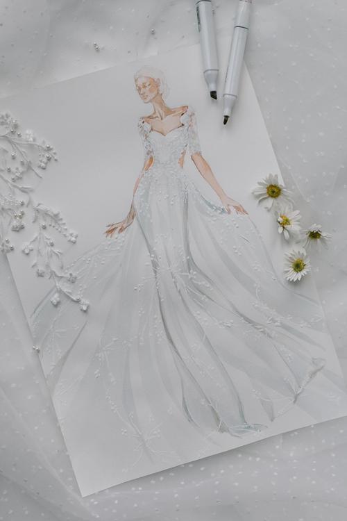Váy cưới mang gam màu trắng ivory (trắng ngà), có phom dáng cúp ngực cổ tim, thân váy đuôi cágiúp Hoàng Oanh khoe bờ vai thon.