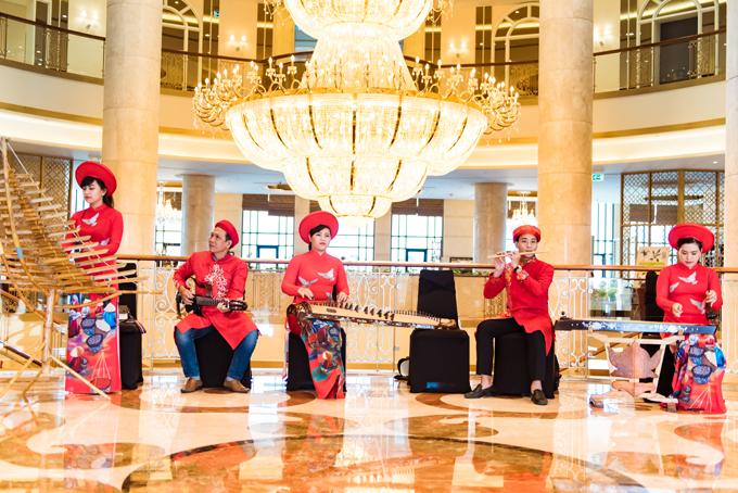 Các nghệ sĩ đem đến các tiết mục âm nhạc dân gian Việt Nam như Trống cơm, Việt Nam quê hương tôi...tới khoảng 650 khách mời của siêu đám cưới.