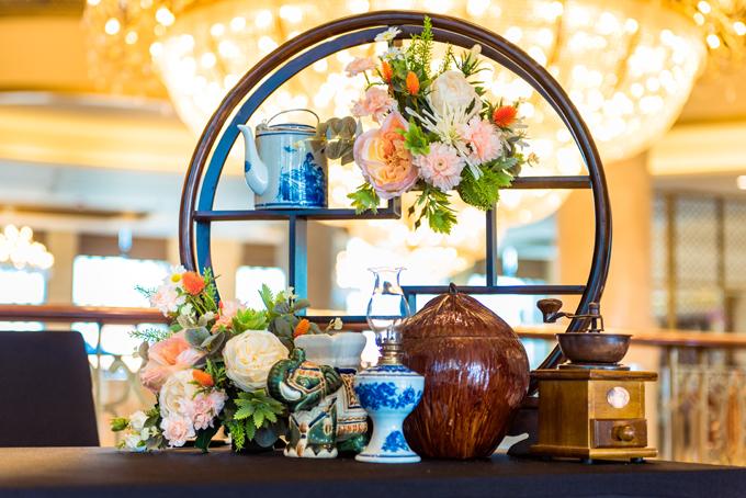Khu vực tiếp tân là nơi hỗ trợ khách mời khi có thắc mắc cần giải quyết và được duy trì trong suốt 4 ngày đám cưới diễn ra. Nơi đây được trang trí với các vật liệu quen thuộc của Việt Nam.
