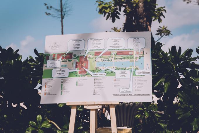 Ekip bố trí sơ đồ resort để hướng dẫn khách mời về đường đi.