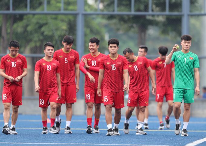 Sáng 2/12, U22 Việt Nam trở lại sânCircuit Makati Blue Pitch tập luyện sau chiến thắng 2-1 trước Indonesia tại lượt trận thứ ba vòng bảng SEA Games 30. Các cầu thủ trẻ tỏ ra kháthoải mái, vui vẻ cười đùa.